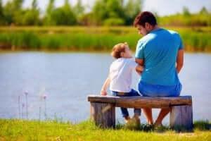 Ett barn med sin far