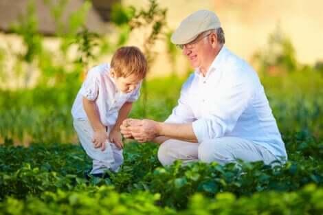En pojke och hans farfar njuter av tiden tillsammans utomhus