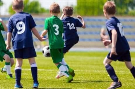 Flera unga pojkar som spelar fotboll