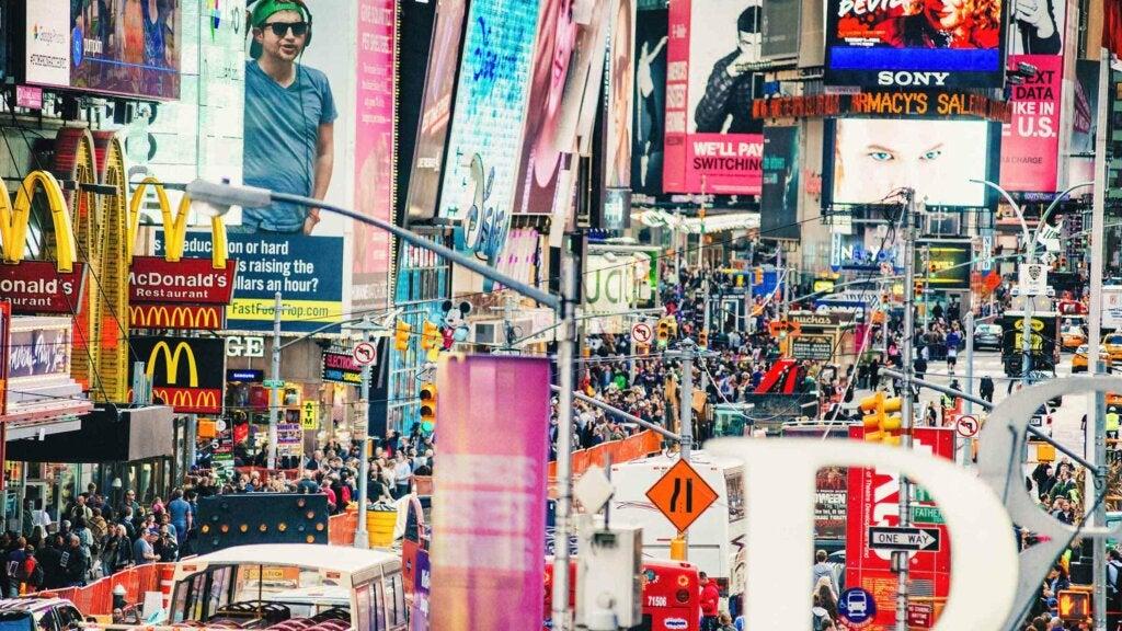 En livlig aveny, fullspäckad med folk och reklamskyltar