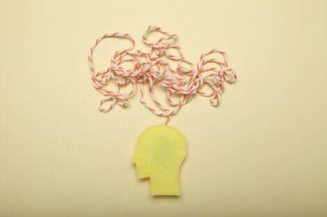 En utskärning av ett huvud med en sträng som illustrerar tanken