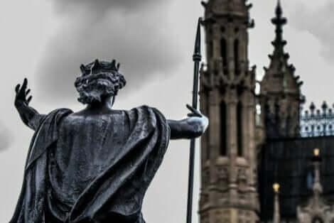 Staty framför katedral i London