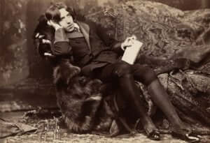 Oscar Wildes foto där han kopplar av i en fotölj