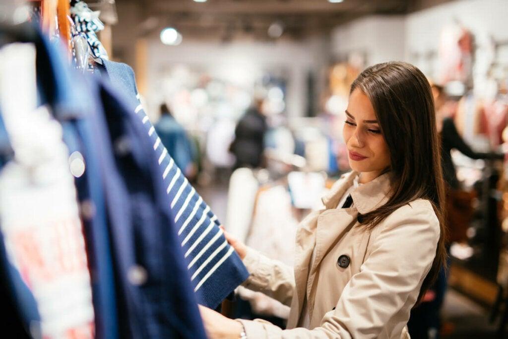En kvinna som tittar på kläder