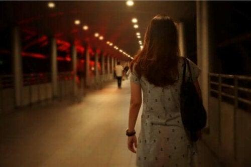 En kvinna som korsar en bro