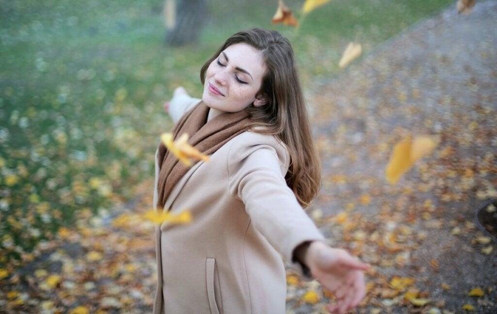 En lycklig kvinna som symboliserar definitionen av styrka