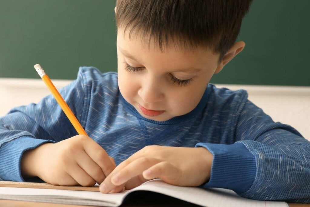 En pojke som skriver