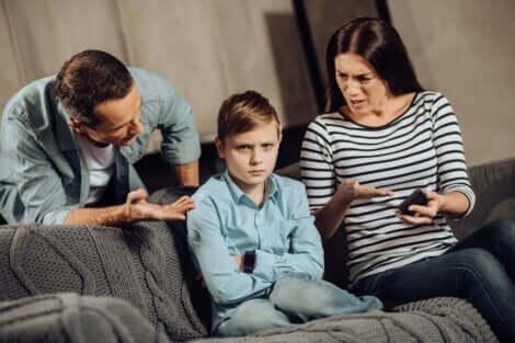 Två föräldrar pratar med sitt barn