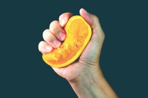 Wayne Dyers apelsinmetafor: vad kommer ut ur dig när livet pressar dig?