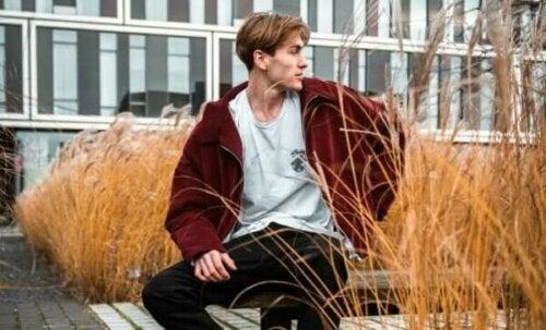 En man utanför ett campus