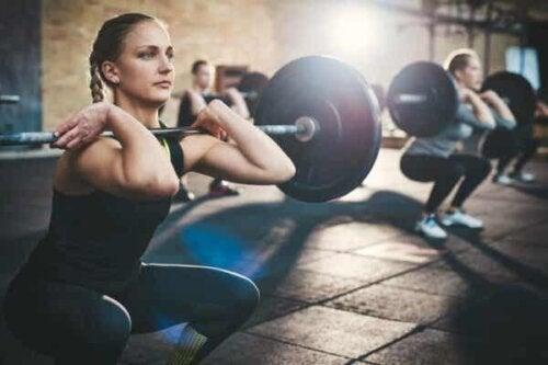 En kvinna som lyfter vikter.