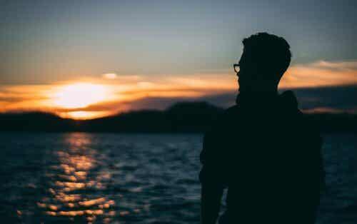 En man och vikten av att vara medkännande med sig själv vid havet