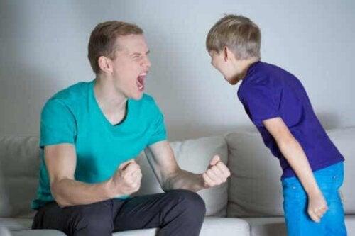 En man och en pojke som skriker på varandra
