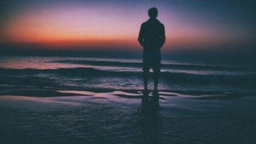 En man vid havet