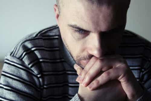 En man känner sig orolig och ledsen när han funderar på hur en dysfunktionell uppväxt påverkar hans vuxna relationer