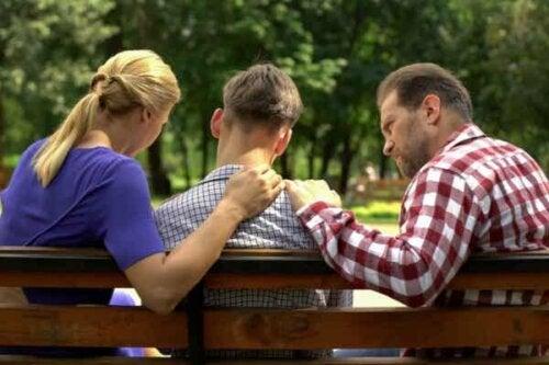 Tre personer som sitter på en bänk