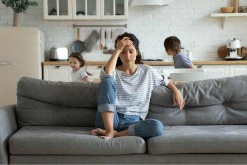 En kvinna överväldigad av sina barn