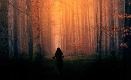 En flicka i skogen