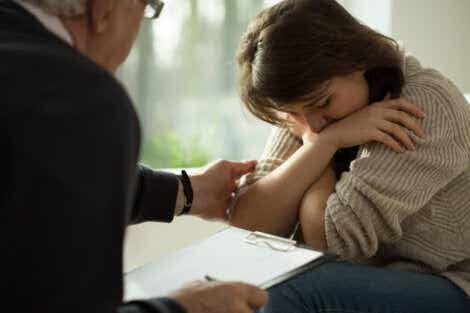 En kvinna som gråter medan hon träffar en psykolog