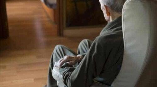 En man på en soffa
