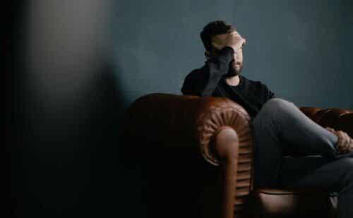 En man på en soffa.