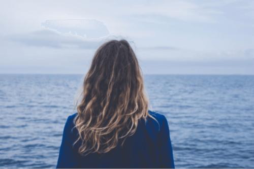 En kvinna som tittar ut över havet.