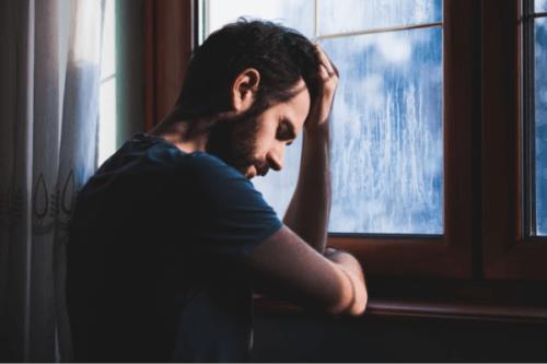 En man som ser deprimerad ut.